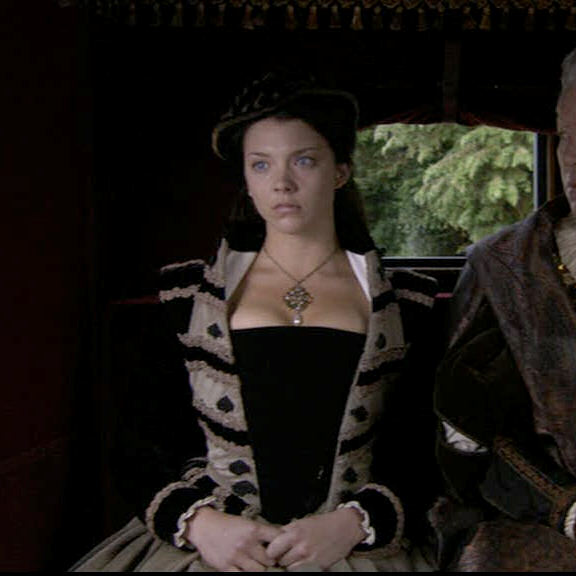 anne_boleyn_crystal_necklace