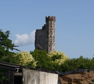 Warblington_castle_tower_from_churchyard Wikicommons